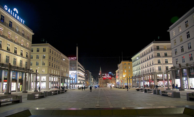 Torgallmenningen by night
