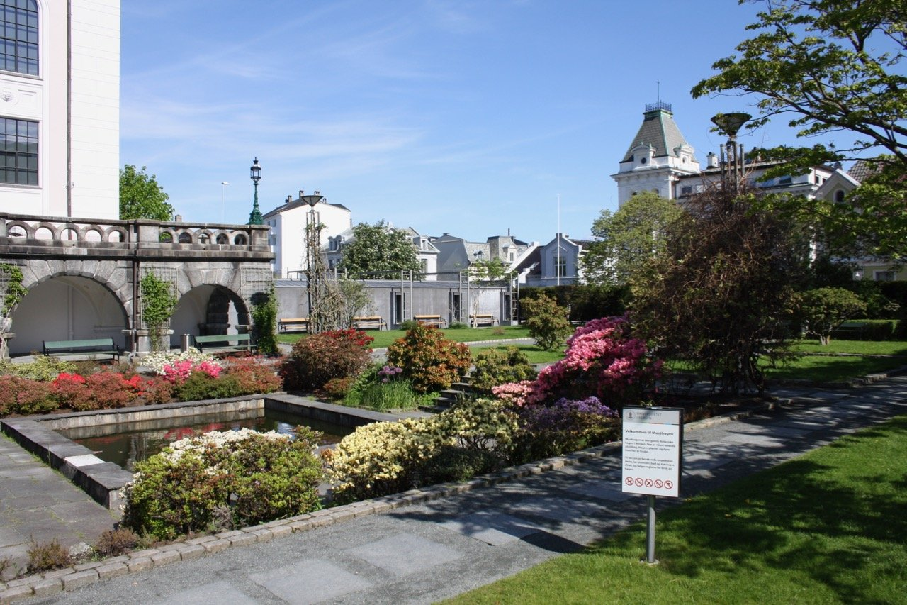 The museum garden, sorrounding Bergen Natural History museum. Photo.