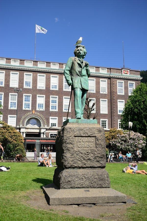 Evard Grieg statue, Byparken