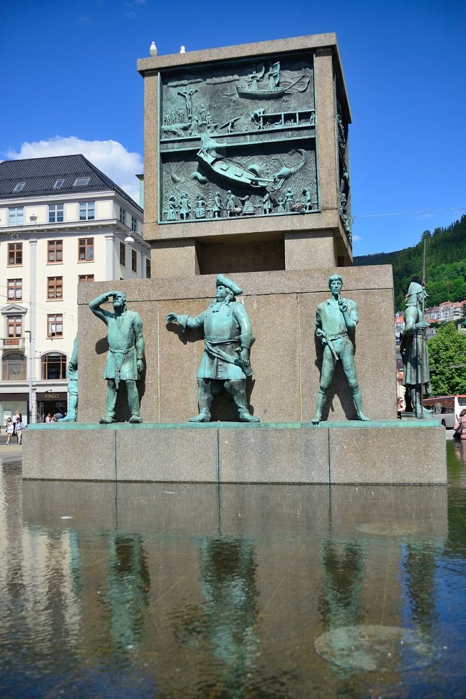 Seafaring monument, Torgallmenningen